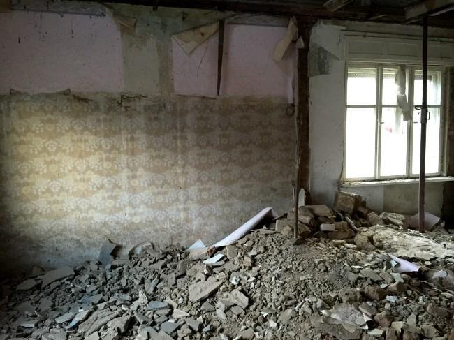 Das künftige Wohnzimmer, nachdem eine Wand und alle Decken abgerissen wurden.